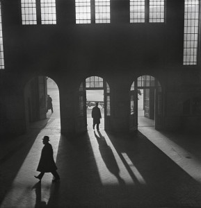 Hall de gare, Anhalter Bahnhof, près de Potsdamer Platz. Berlin, 1929 – début des années 1930 © Mara Vishniac Kohn, courtesy International Center of Photography