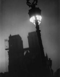 PIERRE JAHAN PARIS CHANTE SA NUIT 06 NOTRE DAME 1945© Pierre Jahan. Courtesy galerie michèle chomette, Paris-2